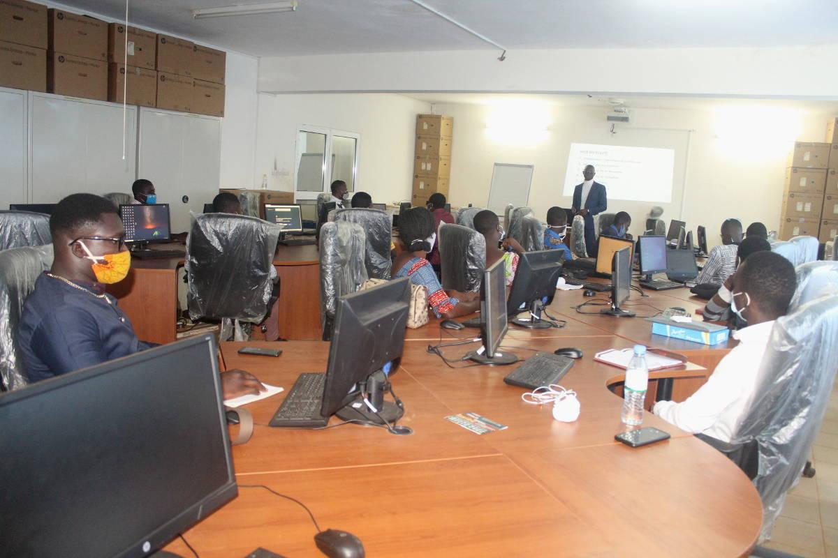 Une cohorte d'étudiants en formation sur les exigences des cours à distance
